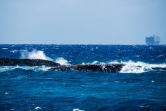 Felsen auf dem Ozean mit einem Boot Lizenzfreie Stockfotografie