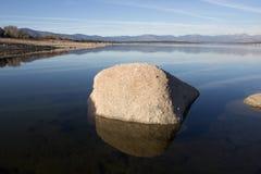 Felsen auf dem See Stockbilder