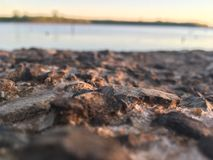 Felsen auf dem See Stockbild