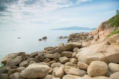 Felsen auf dem Seeufer mit Wolken Lizenzfreie Stockfotos