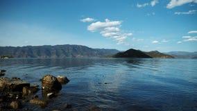 Felsen auf dem Spiegel von lugu See lizenzfreie stockfotos