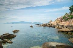 Felsen auf dem Ufer des Wolkenmeers Stockbilder