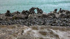 Felsen auf dem Ufer von Reykjavik lizenzfreies stockbild