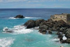 Felsen auf der Küste des Mittelmeeres Stockbild