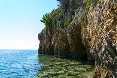 Felsen auf der Küste von Montenegro Stockfotos