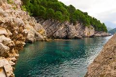 Felsen auf der Küste von Montenegro Stockfotografie