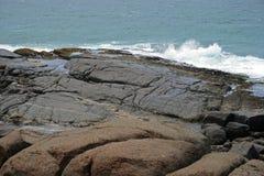 Felsen auf der Küstenlinie stockfoto