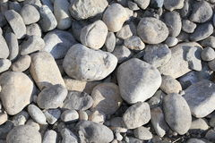 Felsen auf einem Seeufer nehmen im schönen Britisch-Columbia, Kanada Zuflucht Stockfotos