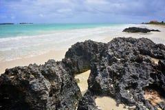 Felsen auf einem tropischen Strand lizenzfreie stockbilder