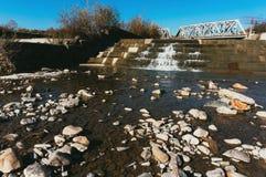 Felsen auf getrocknetem Flussbett Stockbilder