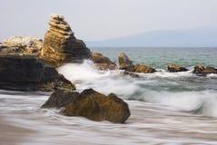 Felsen auf Küste von Ägäischem Meer (Griechenland) Lizenzfreies Stockfoto