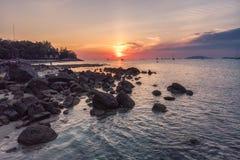 Felsen auf Küstenlinie bei Sonnenuntergang lizenzfreie stockbilder