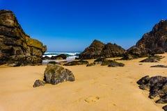 Felsen auf Küstenlinie von Atlantik auf sandigem Adraga-Strand, Portugal-Küste lizenzfreies stockfoto