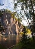 Felsen auf Mana Fluss lizenzfreie stockfotos