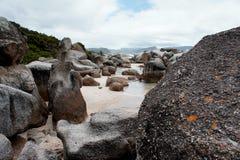 Felsen auf Seeufer Lizenzfreies Stockfoto