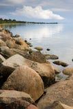 Felsen auf Seeufer Lizenzfreie Stockfotos