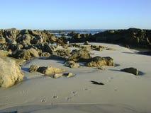 Felsen auf Silverstrand-Strand Lizenzfreie Stockfotos