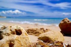 Felsen auf Strand lizenzfreies stockfoto