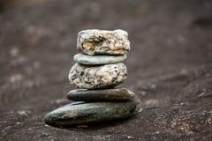 Felsen-Balance die symbolisch zur geistigen Praxis Stockfotos
