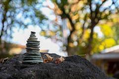 Felsen-Balance die symbolisch zur geistigen Praxis Lizenzfreie Stockfotografie
