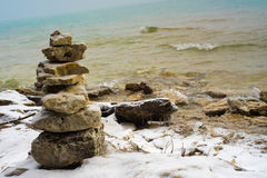 Felsen balanciert auf Küstenlinie stockbilder
