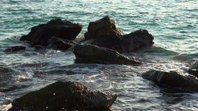 Felsen bedeckt durch Wellen 4K mit Audio stock footage
