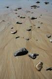 Felsen begraben im Sand Lizenzfreie Stockfotografie