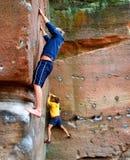 Felsen-Bergsteiger auf einem Boulder stockfoto
