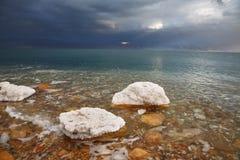 Felsen, überwältigt mit Salz Lizenzfreies Stockfoto