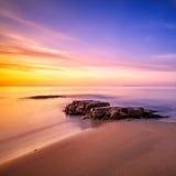 Felsen in Cala Violina setzen in Maremma auf Sonnenuntergang, Toskana auf den Strand Medit lizenzfreie stockbilder