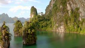 Felsen in Cheow Lan Lake stock video footage