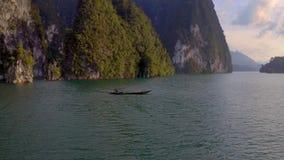 Felsen in Cheow Lan Lake stock video