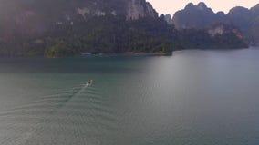 Felsen in Cheow Lan Lake stock footage