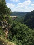 Felsen Cliff Over die Rolling Hills Lizenzfreies Stockfoto