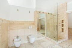 Felsen deckt Badezimmer mit Ziegeln Stockbilder