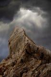 Felsen in den stürmischen Wolken Stockfotos