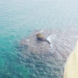 Felsen in den Wellen des Meeres Stockfotos