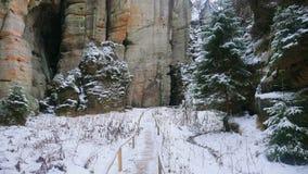 Felsen in der berühmten felsigen Stadt von Adrspach-Teplice schaukelt Winter Stockbild