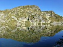 Felsen, der in einem der sieben Rila Seen sich reflektiert lizenzfreies stockbild
