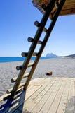 Felsen der Gibraltar gesehenen thourgh Strichleiter auf spanischem Strand Lizenzfreie Stockfotos