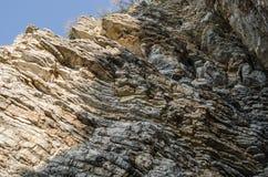 Felsen, der Hintergrund der Schichten der alten Sedimente stockfotografie