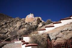 Felsen, der Kloster Buddhas Drepung malt Lizenzfreies Stockfoto