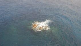 Felsen, die auf der Wasseroberfläche zutage treten stock footage