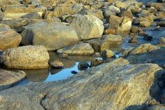 Felsen, die im Gezeitenpool bei Sonnenuntergang nahe Albanien, WA, Australien sich reflektieren stockfotos