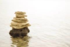 Felsen, die oben auf einander balancieren Stockfotografie
