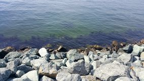 Felsen, die in Wasser mischen Stockfotografie