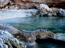 Felsen, die wenig Strand verstecken Lizenzfreie Stockbilder