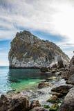 Felsen-Diva auf Strand, schöne Uferlandschaft Schwarzen Meers mit Gebirgs-Klippe, Haupt- Naturmarkstein in Krim-Simeiz lizenzfreie stockbilder