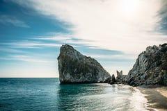 Felsen-Diva auf Strand, schöne Uferlandschaft Schwarzen Meers mit Gebirgs-Klippe, Haupt- Naturmarkstein in Krim-Simeiz stockbilder