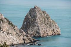 Felsen-Diva auf Strand, schöne Uferlandschaft Schwarzen Meers mit Gebirgs-Klippe, Haupt- Naturmarkstein in Krim-Simeiz stockfoto
